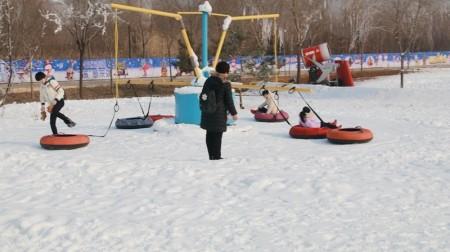 儿童戏雪乐园