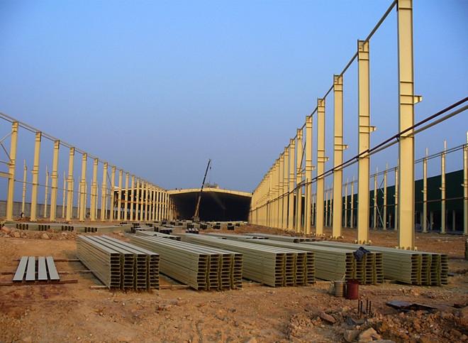 鋼結構工程哪家好 鋼結構是固定在鋼砼基座(基礎、柱頂、牛腿等)上的。因而對基座及其錨栓的準确性、強度要進行複測。基座複測要對基座面的水平标高、平整度、錨栓水平位置的偏差、錨栓埋設的準确性作出測定。并把複測結果和整改要求交付基座施工單位彩鋼闆施工工序:牆闆安裝按檩條位置從一端開始進行,闆與闆之間必須咬緊,再用螺釘固定,牆闆接縫處做好防水處理。壓型鋼闆安裝時,應邊鋪設邊調整其位置,邊固定。鋼結構的現場連接主要是普通螺栓連接、高強螺栓連接及焊接。負溫安裝的柱子、主梁立即進行矯正,位置校正正确立即永久固定,當天安