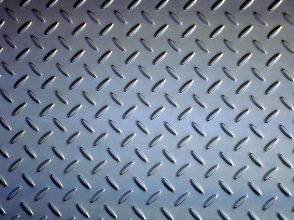 花纹板钢卷价格 表面带有花纹的钢板称之为花纹板,其花纹成扁豆型、园豆型,扁圆混合形状,市场上以扁豆型最为常见。由于其具有防滑作用,可用于各种大型设备走道、厂房扶梯、工作架踏板、汽车地板等。 花纹板钢卷价格