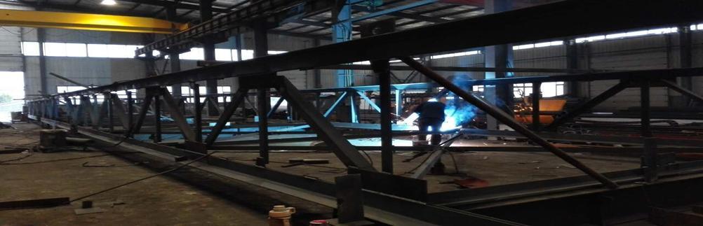 长春钢构厂家 吉林省鼎立钢结构有限公司位于北国春城---长春市北郊米沙子镇工业集中区,占地面积40000平方米,交通便利是一家集钢结构设计、制作、安装于一体,同时提供玻璃幕墙、网架、城市大型标志性造型、各类钢结构雨蓬、桥梁刚架、非标设备如车底盘、电力设备、工业管道、罐体等制作加工、兼做各类土木建筑施工的大型综合性工业实体。 长春钢构厂家
