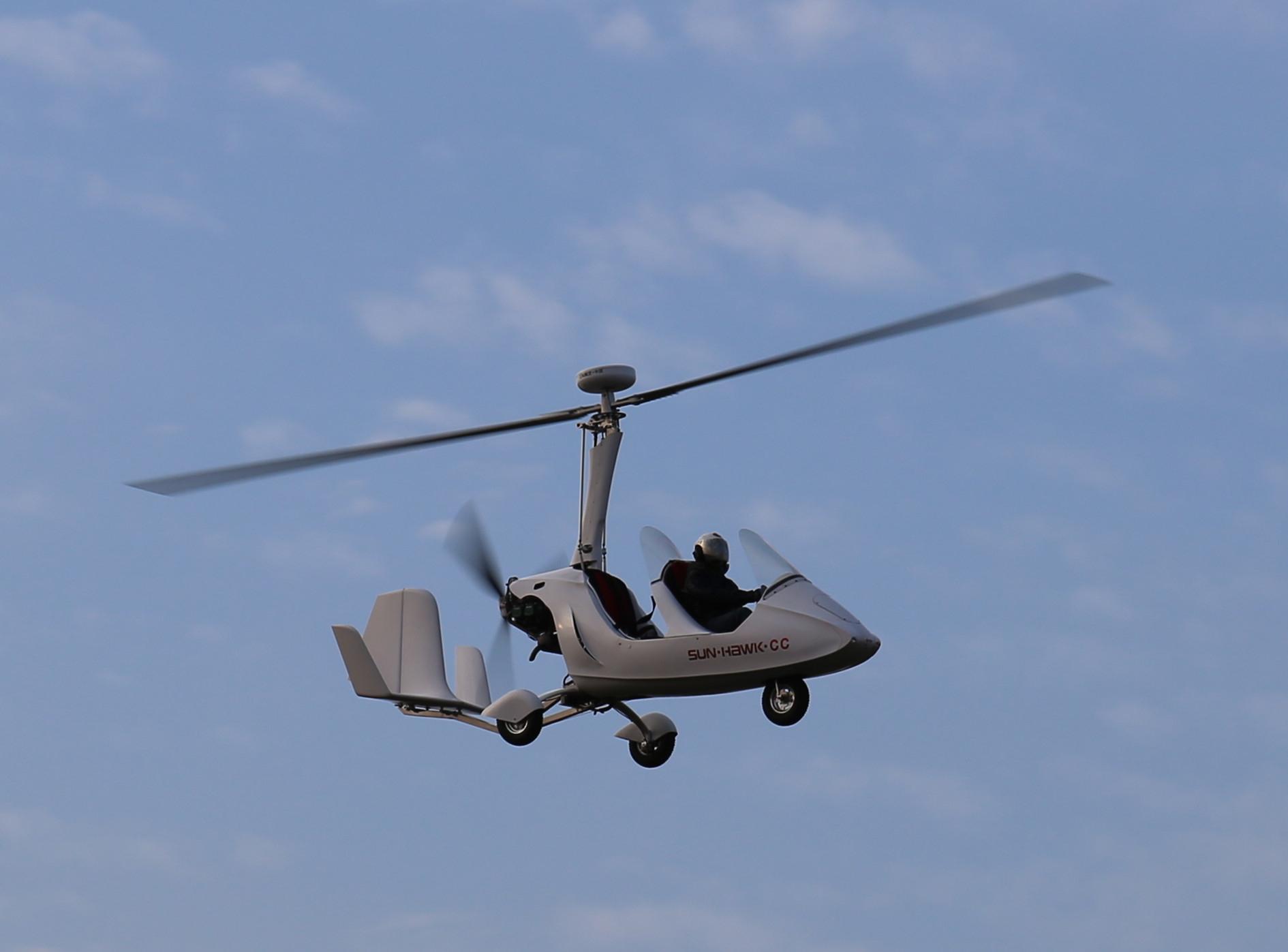 外形类似直升机,但飞行原理更接近于固定翼飞机,旋翼机的旋翼本身无动