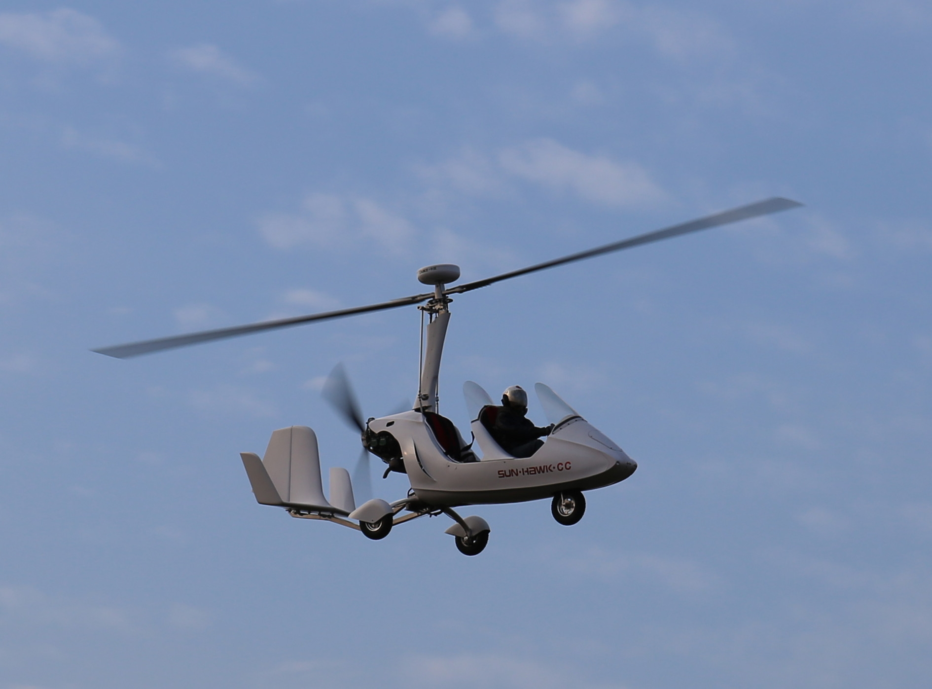 但飞行原理更接近于固定翼飞机