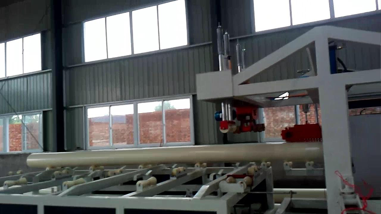 PVC供排水管生产设备定做 PVC系列排水管由锥形双螺杆挤出机,真空定径水箱,牵引机,切割机,翻料架等组成。挤出机及牵引机采用交流调整装置,真空泵及牵引电机均采用优质产品。牵引机有二爪,三爪,四爪,六爪,八爪,十爪等牵引方式。可选用锯片切割或行星切割,并备有计长及增厚装置;机组性能可靠,生产效率高。本公司可以根据用户的要求,配备专用装置后生产内壁螺旋管,消音中空管,中空螺旋管和芯层发泡管。行星切割机采用全自动电脑数控,具有操作方便,性能可靠等优点,达到国际先进水平。 PVC供排水管生产设备定做