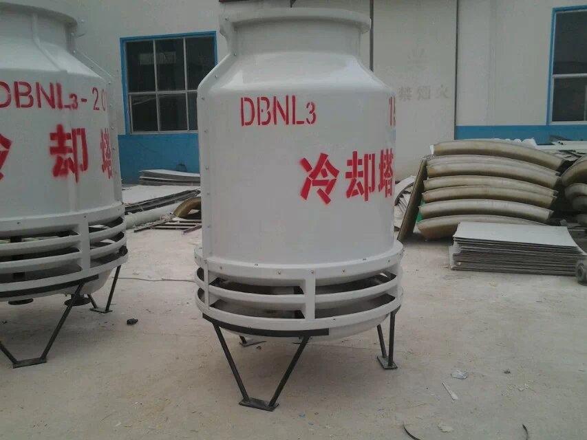 1、循环水量在冷却塔运转当中,因下列因素逐渐损失: A当热水与冷空气在塔体内产生热交换过程中,部份水量会变成气体蒸发出去; B由于冷空气系借助机械动力(马达与风车)抽送,在高风速状况下,部份水量会被抽送出去; C由于冷却水重复循环,水中之固体浓度日渐增加,影响水质,易生藻苔,因此必须部份排放,另行以新鲜的水补充之。 2、补给水量计算说明: A蒸发损失水量(E) E=Q/600=(T1-T2)*L/600 E代表蒸发水量(kg/h);Q代表热负荷(Kcal/h); 600代表水的蒸发潜热(Kcal/h);T