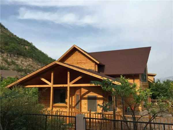 小木屋别墅设计 山东巨匠木业有限公司是专业从事木结构房屋、木制别墅建造为主,建筑规格多样,集设计、建造、销售及管理为一体的综合性企业。 山东巨匠拥有一批高级的设计团队,专业高效的施工能力,一流的技术人员,独特的生产工艺和世界先进水平的防腐、防潮、阻燃等处理技术。工程技术人员运用 现代木结构设计理论,结合在工程实践中积累的经验,保证了所有承接工程及时顺利的完成。 巨匠重型木结构具有突出的技术特点,产品、构件工业化程度高、规格系列齐全; 施工技术掌握高、施工质量易于控制、建造速度快; 建筑造型容易实施,使木屋