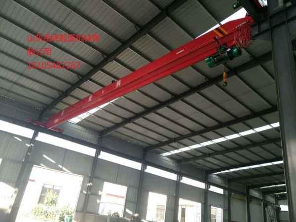 单梁起重机型号 单梁起重机通常是指单梁桥式起重机,英文名Single-beam Crane。 单梁起重机桥架的主梁多采用工字型钢或钢型与钢板的组合截面。起重小车常为手拉葫芦、电动葫芦或用葫芦作为起升机构部件装配而成。 广泛用于等不同场合吊运货物,禁止在易燃、易爆腐蚀性介质环境中使用。 设有地面和空中两种操作形式。地面操作有带线手柄操作和遥控器手柄操作两种;空中操作指司机室操作。司机室有开式、闭式两种,可根据实际情况分为左或右面安装两种形式,入门方向有侧面及端面两种,以满足用户在各种不同需要的情况下进行选择