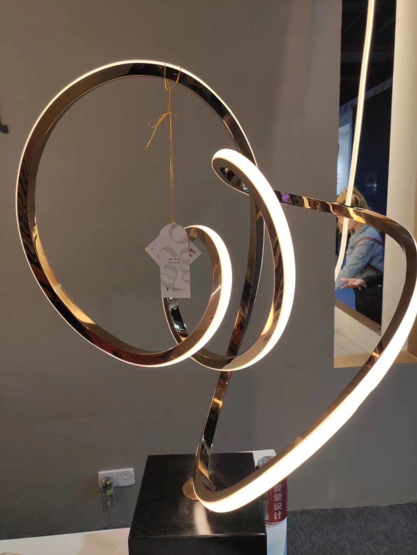 不銹鋼鏡面雕塑 鏤空人物雕塑 景觀雕塑